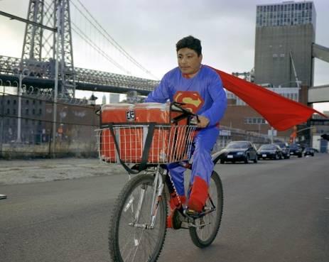 Superman in bicicletta