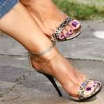 sandalo e unghie viola