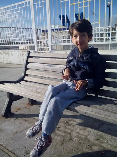 Luca seduto da solo