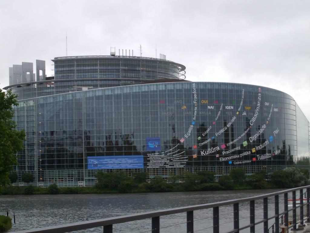 Condividi la foto strasburgo sede del parlament dall for Sede del parlamento