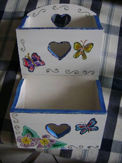 portalettere in legno pitturato a mano