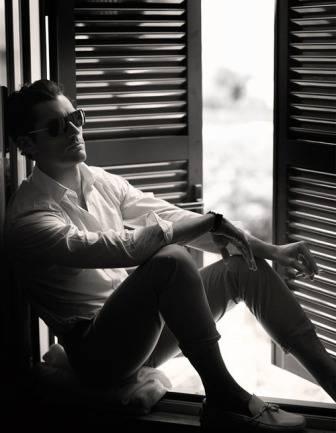 uomo seduto che pensa.